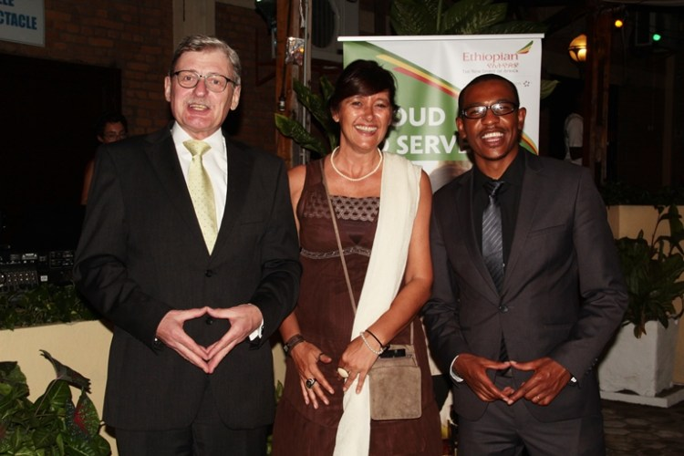Kinfemichael pose avec l'ambassadeur d'Allemagne au Burundi
