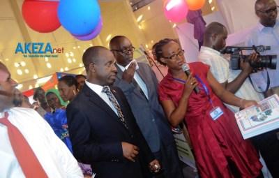 Le ministre en train de visiter les stands©Akeza.net/Alexandre NDAYISHIMIYE