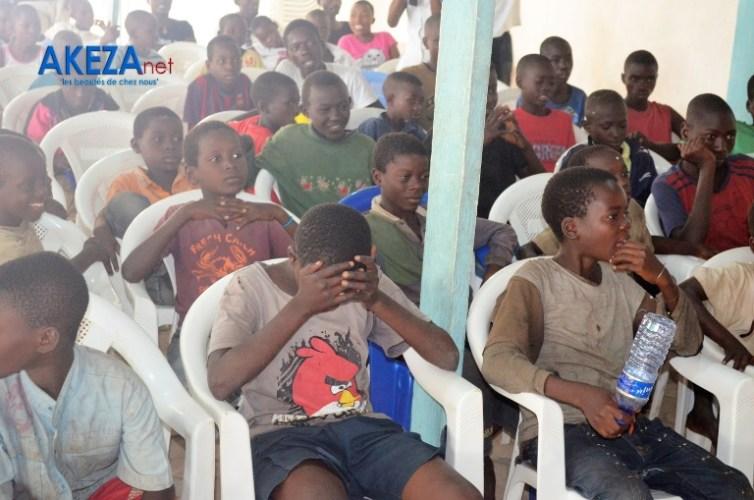 Vue partielle des enfants de la rue encadrés par New Generation ©Akeza.net