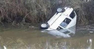 قوات الإنقاذ النهرى تنتشل سيارة ملاكى بعد سقوطها بترعة الملاح باسيوط