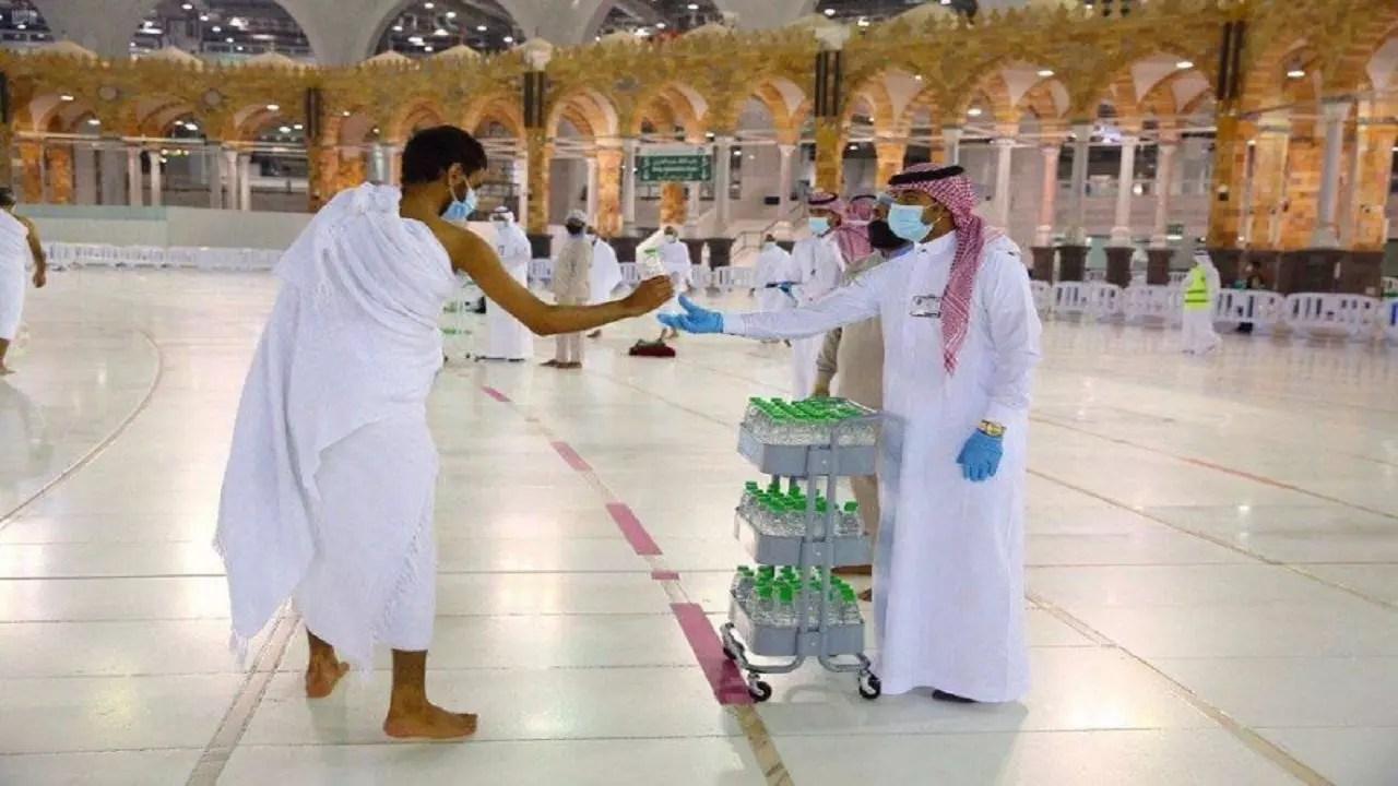 في المسجد الحرام عربات خاصة جديدة لماء زمزم