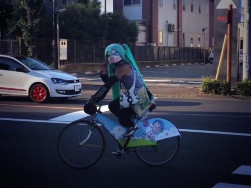 mystery-miku-cosplayer-in-bike-race-04