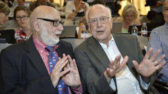 Peter Higgs (bal) és a Francois Englert (jobb)