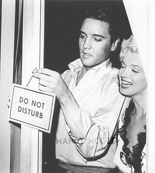 1956-ban Elvis ügynökei megálmodták a PR-szerelmet, ám Marilyn akkor még visszautasította a kirakatkapcsolat ajánlatát: bár imádta a reflektorfényt, az Elvis-őrület még számára is sok volt. A 10 évvel fiatalabb énekes azonban nem tudta elviselni, hogy hoppon maradt, úgyhogy egy titkos randevún végül csak beteljesedett az egyéjszakás románc. Minderről Byron Raphael, Elvis menedzserének az asszisztense mesélt, aki 50 évig őrizte a két szexszimbólum titkát.