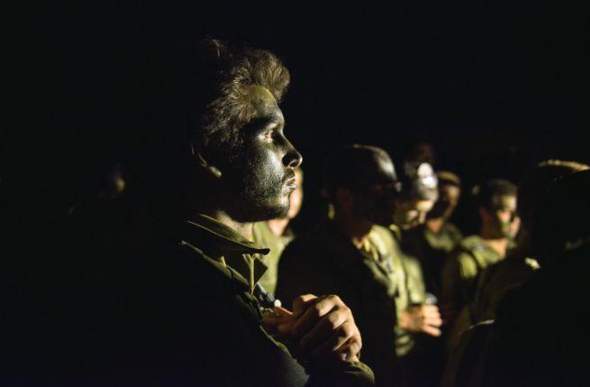 Katonák készülődnek, hogy behatoljanak Gázába