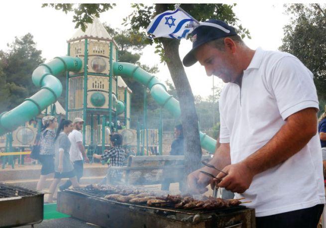 Sütögetés a jeruzsálemi Sacher Parkban a Függetlenség Napján