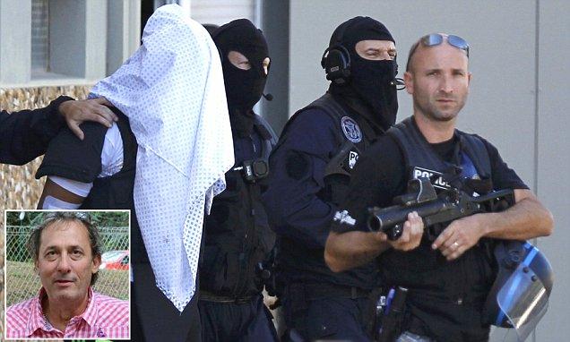 A feltételezett gyilkos, Yassin Salhi rendőrökkel