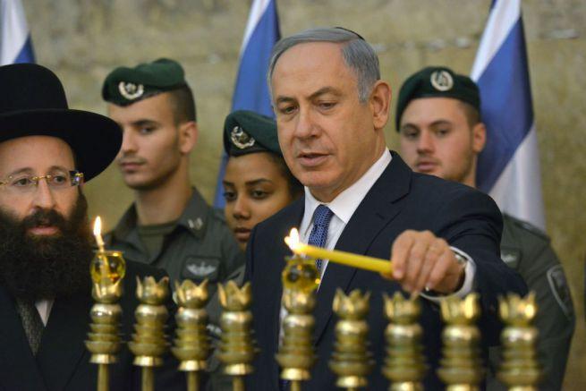 Netanjahu meggyújtja az első hanuka gyertyát múlt vasárnap a Siratófalnál