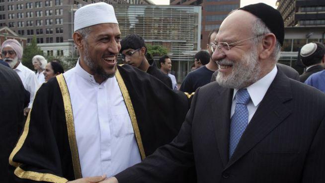 A Brit Muszlim Egyesület szerint a javaslat segíti egymás jobb megértését és erősíti a társadalmi kohéziót