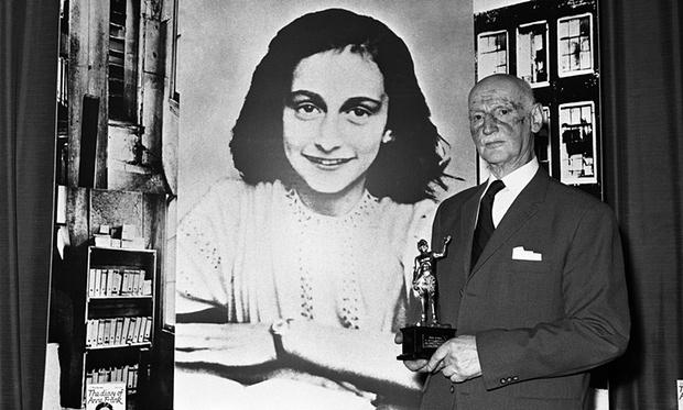 Ottó Frank az Arany Penna díjjal a kezében 1971-ben