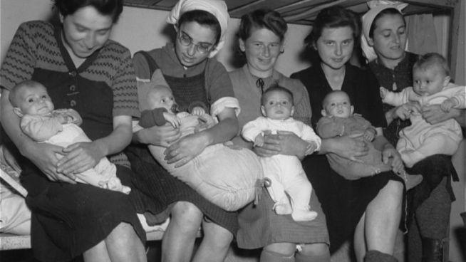 Magyar zsidó anyák gyermekeikkel Dachauban 1945 májusában. A kép jobb szélén Mirjam Rosenthal fiával, Gyurival