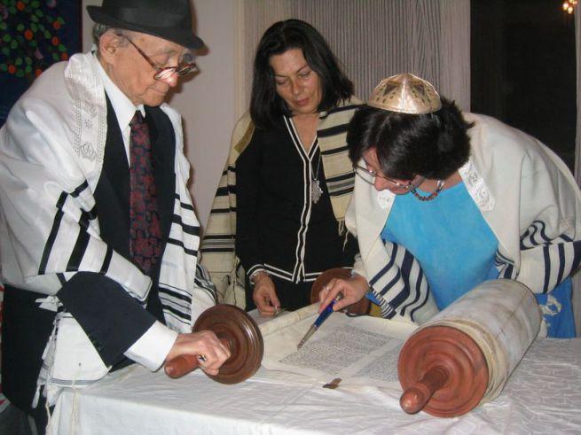 Kelemen Katalin rabbi Tórát olvas
