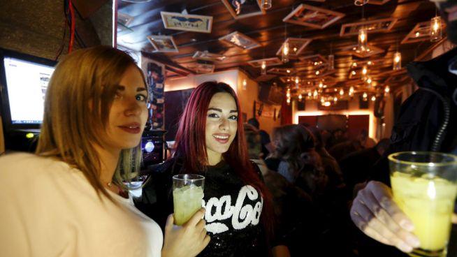 Lányok italokkal a kezükben a 80s Bárban