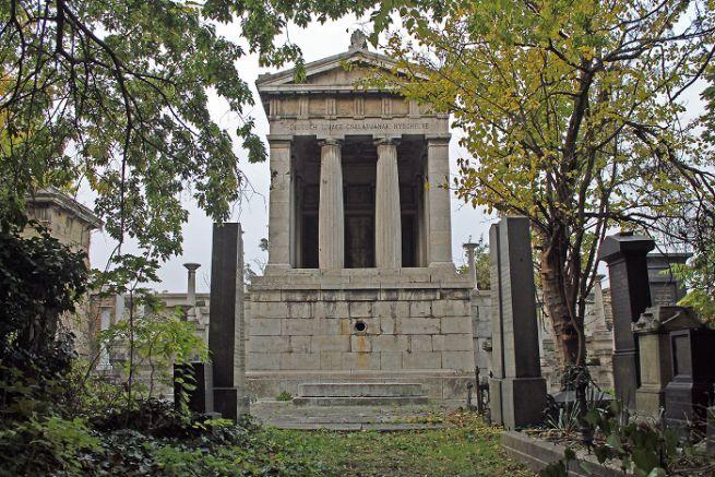 A sírkert legnagyobb építménye a hatvani Deutsch család mauzóleuma