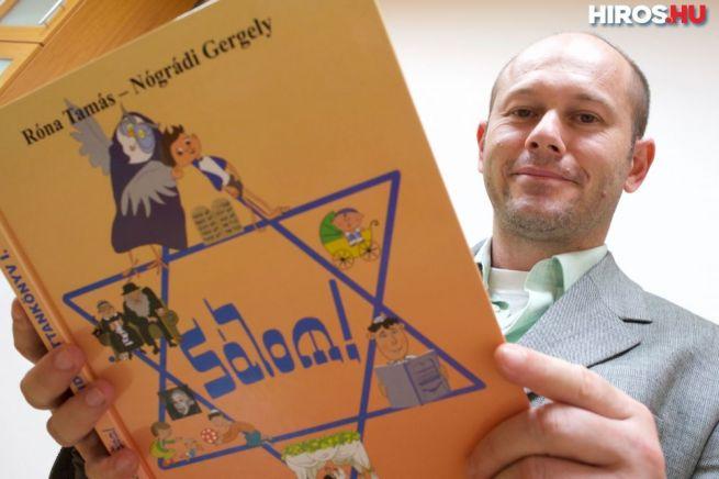 Róna Tamás rabbi az új hittankönyvvel (Fotó: hiros.hu)