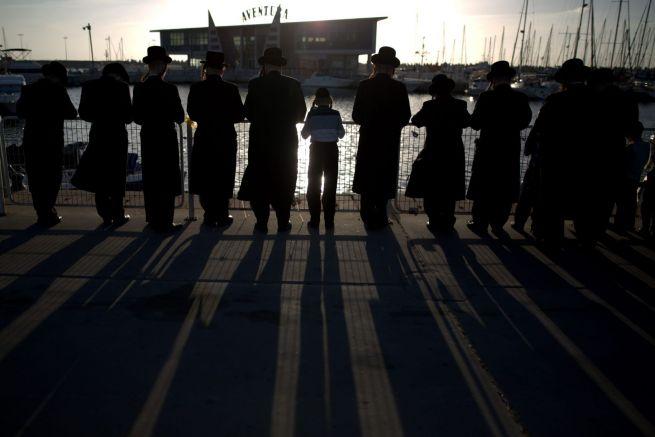 Taslich szertartás ros hasana idején az asdódi kikötőben (Fotó: Haaretz)