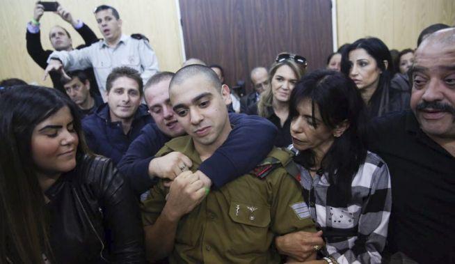 Elor Azaria családjával a bíróságon