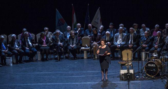 Kertész Zsuzsa televíziós bemondó, mögötte a díjazottak a Radnóti Miklós antirasszista díjak átadóünnepségén (Fotó: Szigetváry Zsolt/MTI)