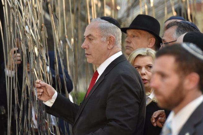 Benjámin Netanjahu izraeli miniszterelnök Orbán Viktor kormányfő társaságában az Emanuel Emlékfánál, a Dohány utcai zsinagóga udvarán (Fotó: Máthé Zoltán/MTI)