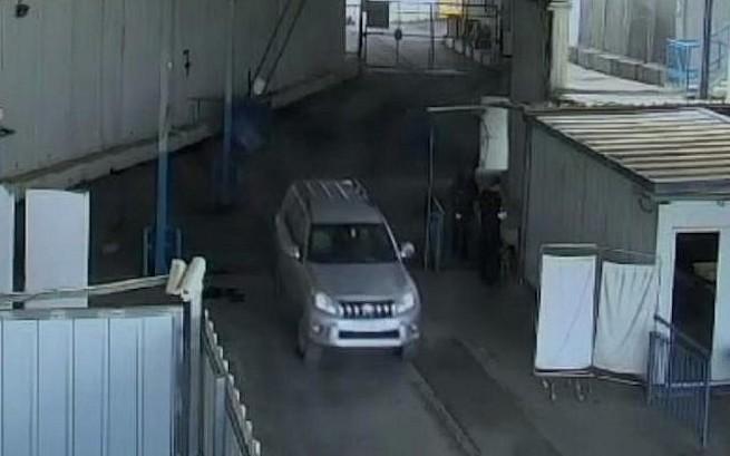 A francia konzulátus járműve, amelyben a fegyvereket csempészték