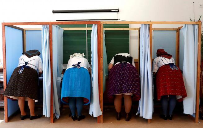 Asszonyok népviseletben szavaznak Veresegyházán (Fotó: Reuters)