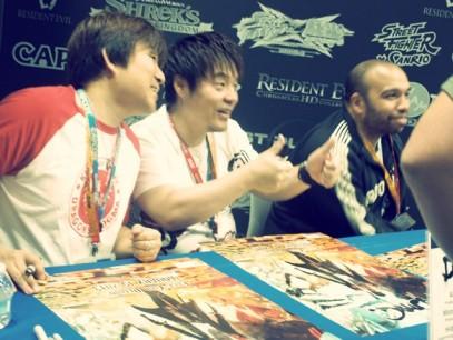 Los creadores de Street Fighter x Tekken firmando pósters en la Comic-Con 2012