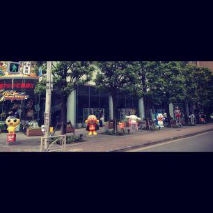 Estatuas en la entrada del edificio de Bandai