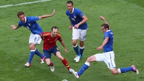 Iniesta rodeado de italianos