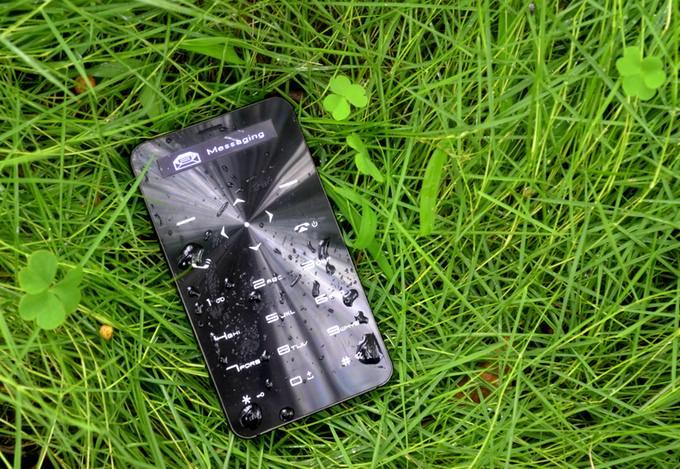 Janus One カードサイズの携帯電話