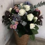ユーカリの爽やかな香りがアクセントに!バラとアジサイのアンティークなアレンジ。(1/22〜)