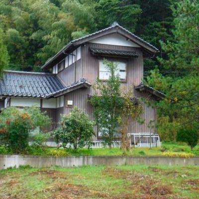 【売買】110万円 鳥取県東伯郡湯梨浜町大字久見 緑に囲まれたのどかな集落の庭・駐車場付き2階建 上下水道