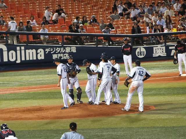 ピンチでマウンドに集まる:ピッチャーは須田投手