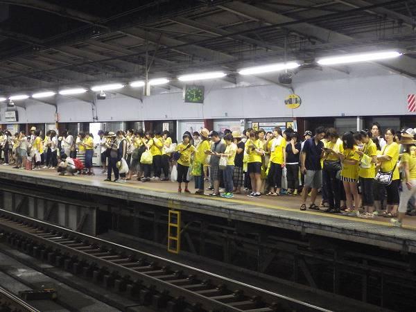 ゆずファン:黄色で埋め尽くされる関内駅ホーム