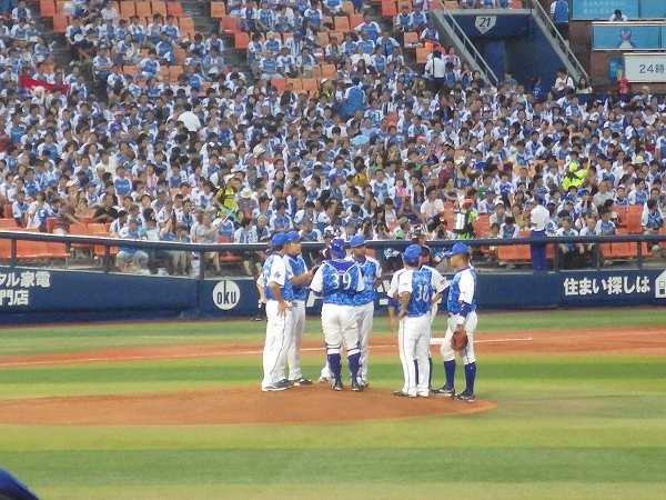 ピンチでマウンドに集まる横浜DeNA内野陣
