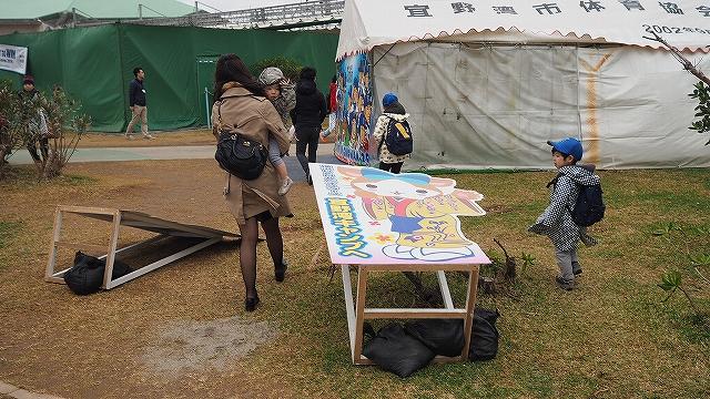 看板が倒れるぐらい風が強い:宜野湾キャンプ横浜DeNA
