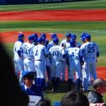 試合前円陣を組む横浜DeNA野手陣2016