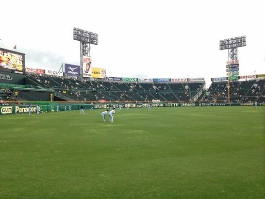 目の前では亀井&松本哲也が練習中。阪神甲子園球場