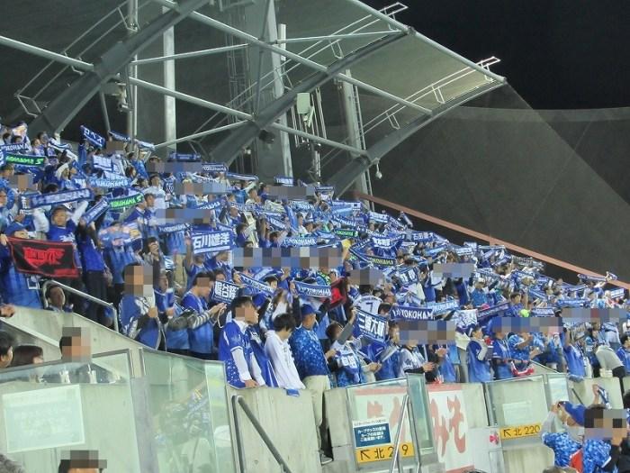 CS2016マツダスタジアム:ビジターパフォーマンス席で応援する横浜DeNAベイスターズファン
