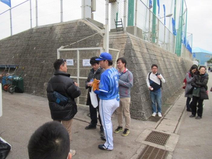 取材を受ける倉本選手:横浜DeNAベイスターズ宜野湾キャンプ