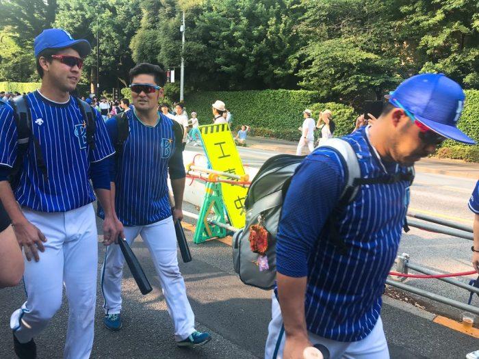 続々と通る横浜DeNAベイスターズの選手たち・神宮球場