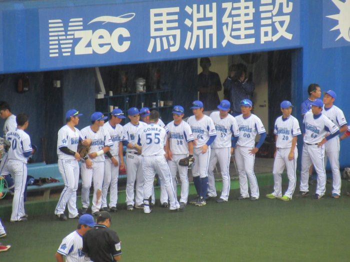 皆と握手を交わす後藤武敏選手:横須賀スタジアム最終戦2018