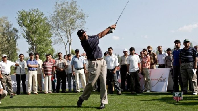 File photo of former India captain Kapil Dev playing golf (Reuters Photo)