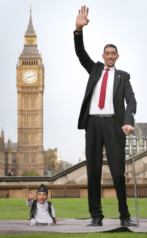 World's Tallest Man, Shortest Man Meet for Guinness World ...