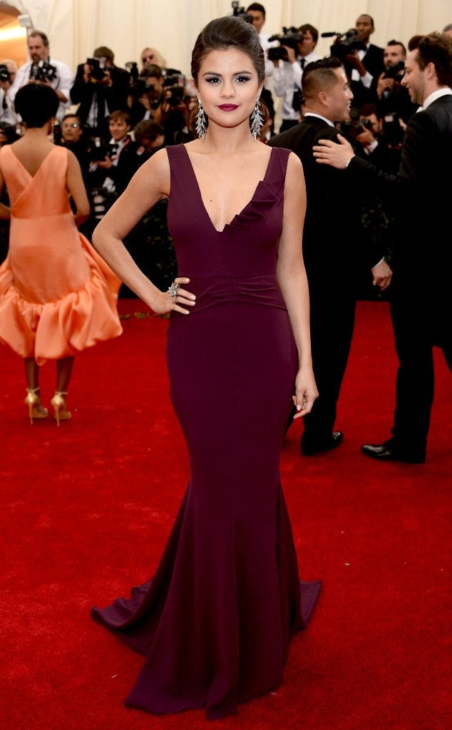 Selena Gomez Elegant Burgundy Mermaid V-Neck Prom Dress