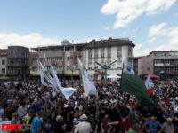 Bihać: Hiljade okupljenih na Gradskom trgu na skupu podrške generalu Dudakoviću