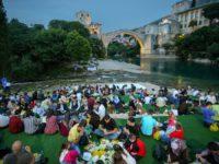 Akšam-namaz i iftar ispod Starog mosta u Mostaru okupili oko 700 postača