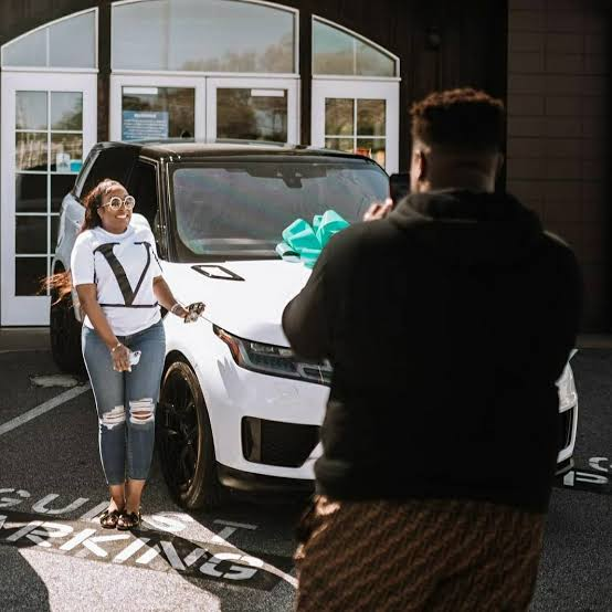 Media users drag Davido over his congratulatory message to his brother who bought a Range Rover for his wife (Photos)