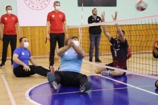 Vali formayı giyip engelli sporcularla voleybol oynadı