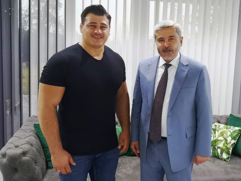 ASÜ Rektörü Şahin Milli Güreşçi Kayaalp'i tebrik etti
