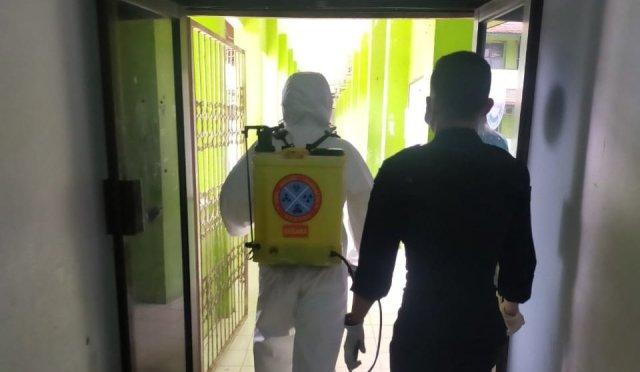 Saat strelisasi lingkungan kampus dengan menyemprotkan cairan desinfektan.